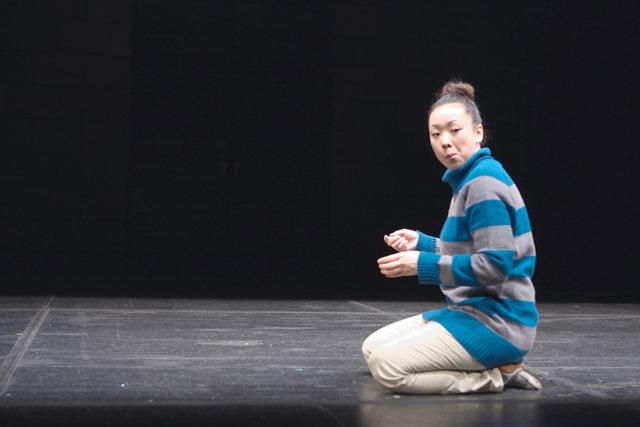 柴幸男「反復かつ連続」の一場面。演じているのは内山ちひろ 撮影:青木司