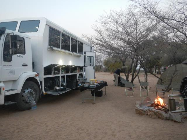 オーバーランドツアー用の改造トラック。テントや調理道具なども積み込める。