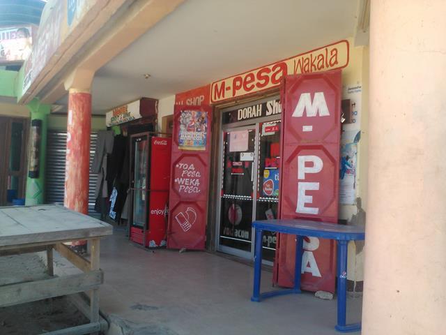 ケータイを通じた送金サービス(M-pesa)代理店。タンザニアには、700軒余りしかない銀行に対して、15万3369軒ものM-pesa代理店がある。