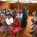 現地の会合で、性暴力の問題について話し合う女性たち
