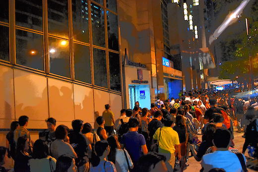 写真2.職場のビジネス街から郊外に帰るバスを待つ人々の行列