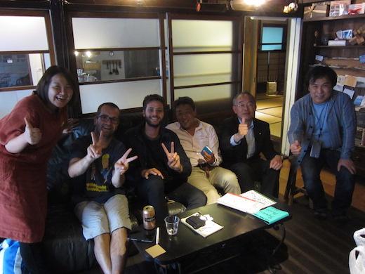 写真2)ゲストハウス蔵の応接にて。左から山上氏、海外観光者2名、筆者、三木市長