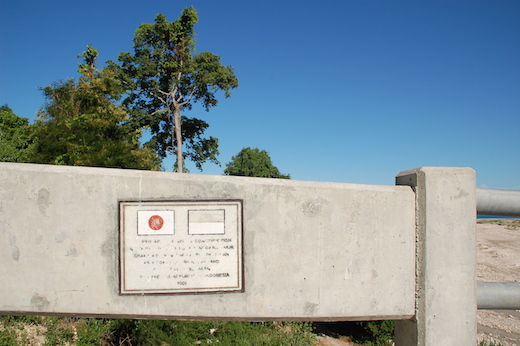 メヌの橋にある記念プレート。色が落ちているが、日本とインドネシアの国旗が並ぶ。