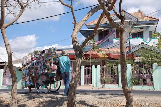町に出稼ぎに行き、廃品回収業に従事する村人