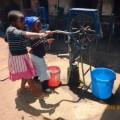 パングワが経営する鉄工所に設置された簡易水汲み装置。強い力を必要とせずに水が汲みあげられる。