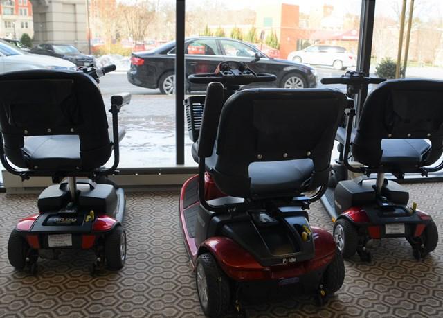 AAAS年次大会会場に設置されたDisability Resource Room で出番を待つ、貸し出し用電動車椅子。日本では公共交通機関を利用できないこともあるスクーター型電動車椅子が人気(2016年2月、ワシントンDCにて)。