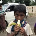 突然配られたバナナを手に入れた少年 今日最初の食事だという (1)
