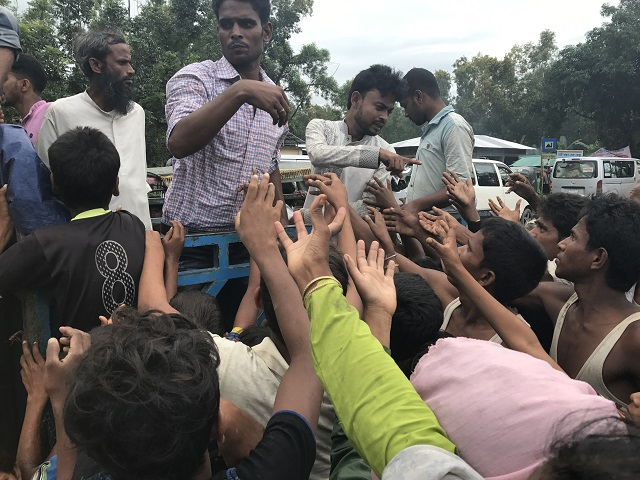 散発的に行なわれる民間人の食料配布にむらがる難民たち
