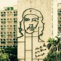 革命広場の庁舎の壁に描かれたゲバラの顔。