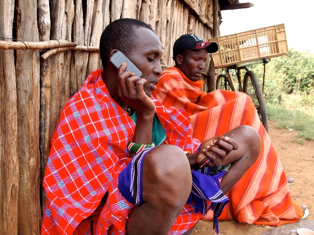 携帯電話で話すアフリカ牧畜民