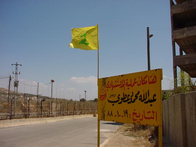 レバノン南部地域、イスラエルとの国境線。黄色い旗がヒズブッラーの党旗。(2002年7月)