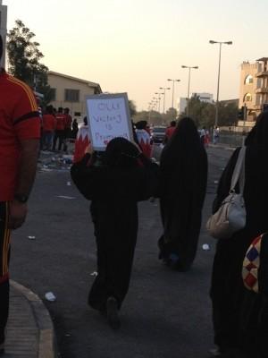 バハレーンのデモ行進では、アバーヤは安全確保に役立つ(2013年3月、バハレーンにて筆者撮影)