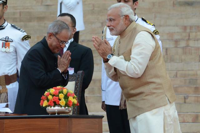 就任宣誓式でのモディ首相(右)とムカジー大統領(インド首相公式ウェブサイトより)