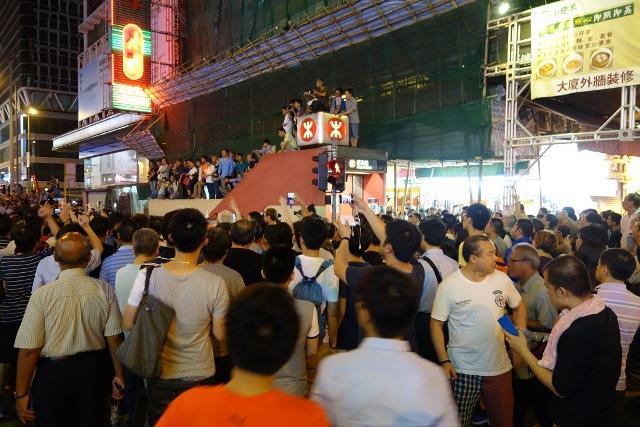 2014年10月3日、旺角の「占拠区」、小競り合いが続き、多くの人が見守る (撮影:倉田明子)