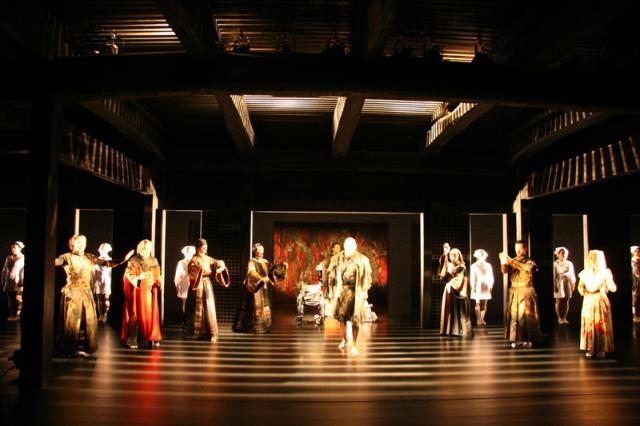 内部は、三方から囲み見ることのできる、能舞台に近いつくりになっている。『リア王』の一場面