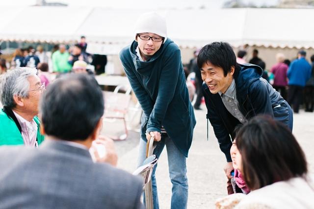 島の人たちと語らう宮永琢生(左)と大石将弘。撮影:濱田英明