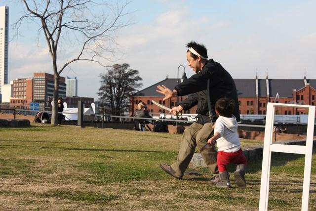 「助太刀いたす!」と突如現れた俳優・洪雄大に斬りかかる子ども。