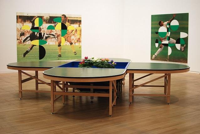 《ピン=ポンド・テーブル》1998年 変形卓球台、卓球ラケット、ボール、水槽、ポンプフィルター、蓮 H76.7×W424.5×D424.5cm 金沢21世紀美術館蔵