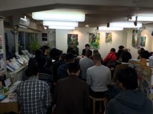 二丁目にあるコミュニティセンターaktaで開催されている「ライフプランニング研究会」の模様。ゲストのトークに続き、会場からもさまざまな質問が出る学び合いの場だ。(カメラの手前にも参加者がいます。)