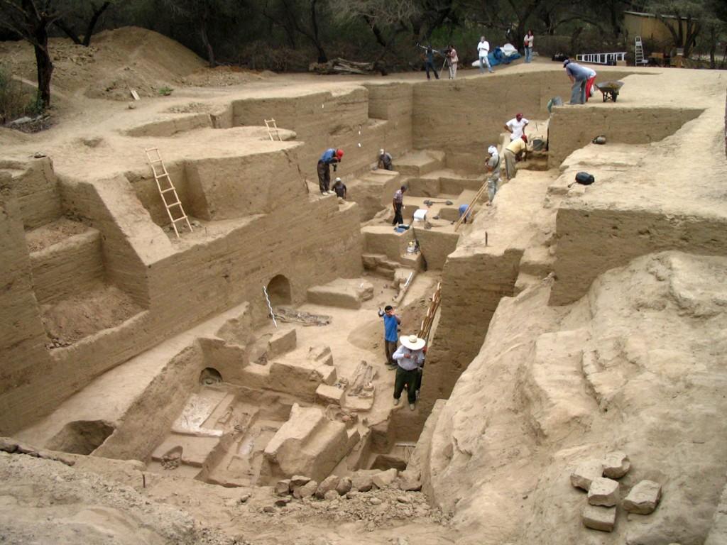 神殿西側麓の墓地発掘(2006年・シカン考古学プロジェクト/団長:島田泉)