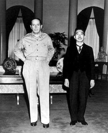 昭和天皇との記念写真。日米の立場を象徴するかのようなこの写真は当時衝撃的だった。