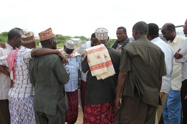 戦争を終わらせるための話し合いを行う氏族の長老たち