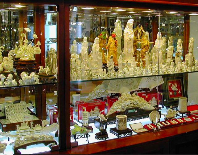 中国で売られている象牙の彫刻(引用:国連環境計画2013)