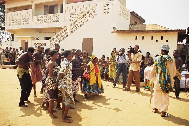 司祭のパフォーマンスを撮る地域放送スタッフ。メディアが自文化を表象する(2002年ウィダにて)。