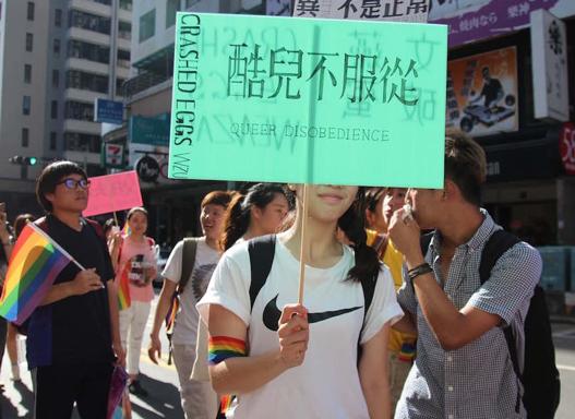 高雄LGBTパレード2015における「クィアは服従しない」
