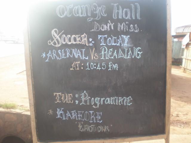 カンパラのバーの前に立てられた看板。バーでおこなわれるイベントが書かれている。「KAREOKE」という文字が本文のカリオキを示す。(2007年11月12日筆者撮影)