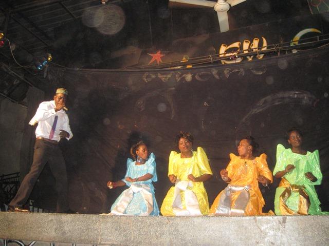ラマダン(断食月)明けのカリオキでのマイムの様子。女性パフォーマーたちが豪華な民族衣装で場を盛り上げる。(2010年9月10日筆者撮影)