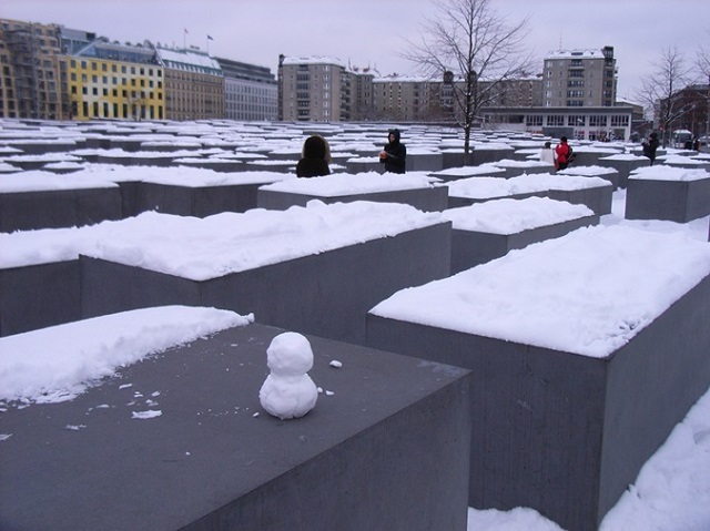 ベルリン。雪のホロコースト記念碑。