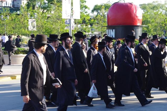 ニューヨークのスタジアムで、正統派ユダヤ人の大集会が開かれた時の様子。