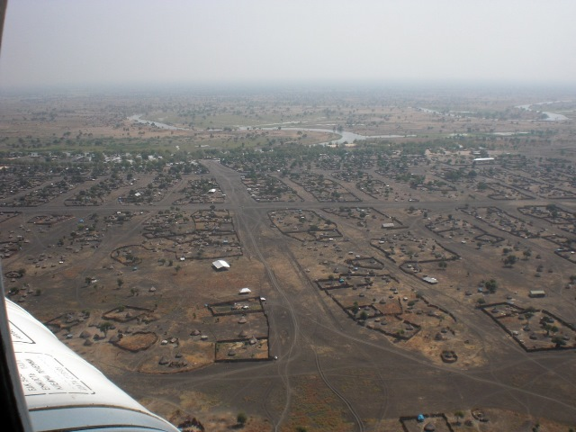 避難時にヘリコプターから撮影した襲撃前の南スーダン村落部の風景(2011年12月筆者撮影)。