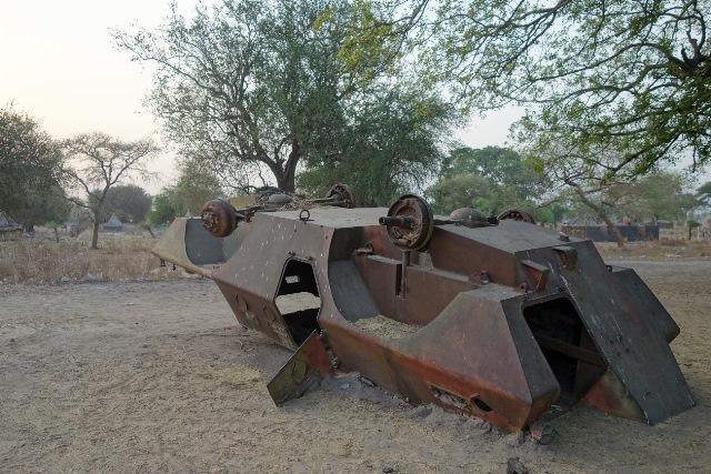 南スーダンの村落部に転がる戦車。現在でも過去の内戦の爪痕は各地に残っている。(2013年1月筆者撮影)