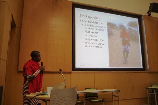 首都ナイロビで開かれたシンポジウムで、マサイの伝統文化とマサイ・オリンピックの意義について英語で発表をする戦士のリーダー。