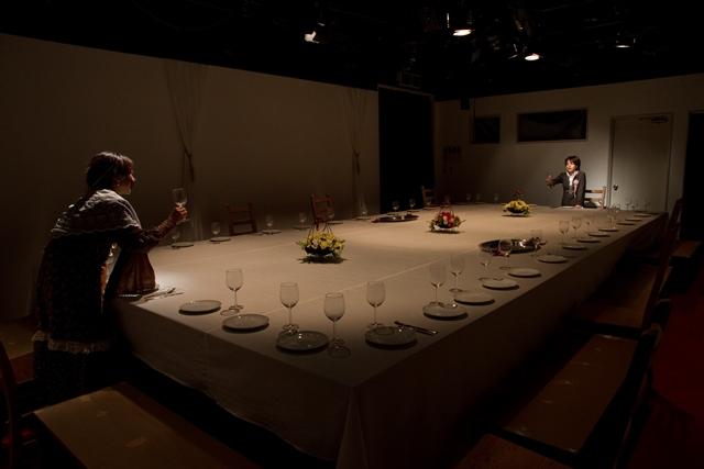 ワイルダー「長いクリスマス・ディナー」の柴幸男版「華麗なる招待」の一場面。「ワイ! ワイ! ワイルダー!」で上演された 撮影:細川浩伸