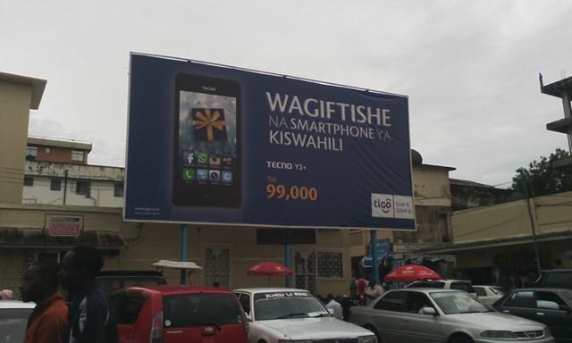 「スワヒリ語のスマートフォンをプレゼントにしよう」。中国のブランド会社TECNOの最も安いスマートフォンは、9万9千シリング(約5000円)。