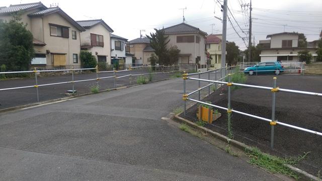 小平市の住宅地のようす。 道路建設のための用地買収が進んでいる。