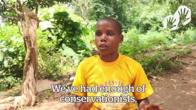 You Tube動画「保全の名で誹謗されるバカ・ピグミー」で密猟取り締まりについて問題を指摘するバカ・ピグミーの女性(© Survival International)。