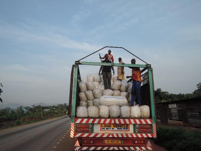 コーラナッツは3日かけてガーナから大消費地のナイジェリアやニジェールへと運ばれていく