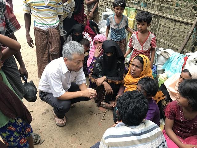 路上に座り込むロヒンギャ難民の人たち